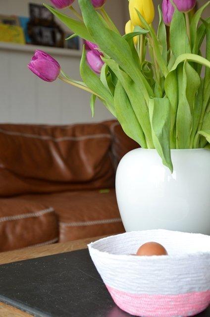 Bild mit Tulpenstrauß in weißer Vase, davor ein Körbchen, weiß und neonpink, selbstgenäht aus altem Bettlaken