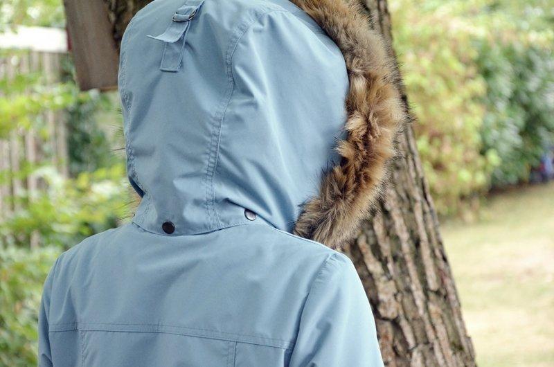 Ansicht abknöpfbare Fellkapuze hellblau mit Schnalle und Druckknöpfen von der Tosti Utility Jacket.