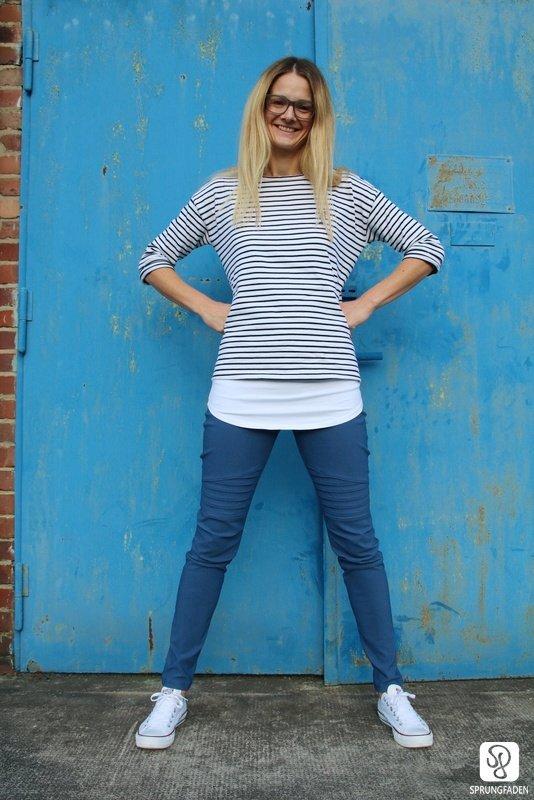 Cassie Bikerhose aus blauem Bengaline Stoff. Dazu ein gestreiftes Shirt im Lagenlook.